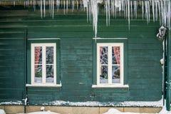 垂悬从老屋顶的长的冰柱 库存照片