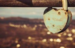 垂悬从金属棒的爱挂锁 观点在科孚岛希腊 免版税库存照片
