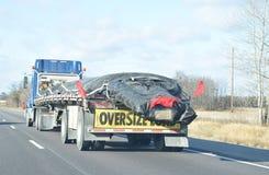 垂悬半卡车的过大的装载 免版税库存图片