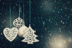垂悬反对木背景的圣诞树球 免版税图库摄影