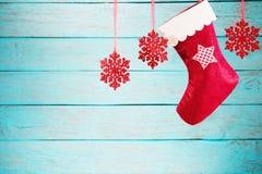 垂悬反对木背景的圣诞节长袜 免版税库存照片