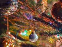 垂悬在一个云杉的分支的圣诞节中看不中用的物品 免版税图库摄影
