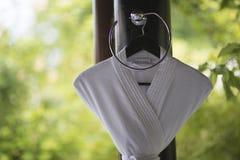 垂悬在一个卫生间设计的一个挂衣架的白色浴巾在o 免版税库存照片
