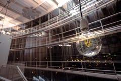 垂悬在一个大音乐厅里的电灯泡 免版税库存照片