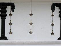 垂悬在一个寺庙之外的传统油灯在喀拉拉 图库摄影