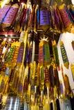 垂悬在一个寺庙里面的多条五颜六色的带在泰国 库存图片