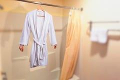 垂悬在一个挂衣架的无形的妇女在卫生间里 图库摄影