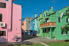 垂悬在一个胡同的五颜六色的露台的房子、阳台和衣裳概要在Burano 免版税图库摄影