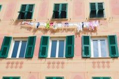 垂悬在一个装饰的房子外面的衣裳 免版税库存照片