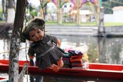 垂悬在一棵树的老鬼的玩偶在墨西哥城 免版税库存照片