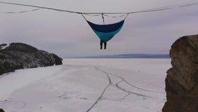 垂悬在上面吊床的人由冻贝加尔湖冰  影视素材