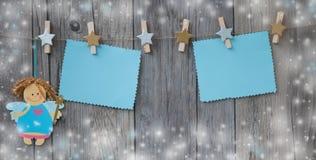 垂悬在与一点圣诞节神仙的绳索问候消息的装饰的晒衣夹 库存图片