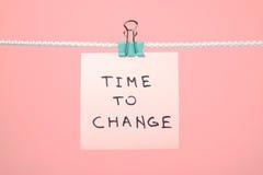 """垂悬在与文本""""Time的串的桃红色纸笔记对张 免版税库存图片"""