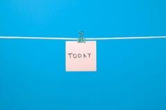 """垂悬在与文本""""Today†的串的桃红色纸笔记 免版税库存照片"""
