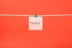 """垂悬在与文本""""Today†的串的桃红色纸笔记 免版税库存图片"""