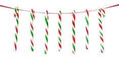 垂悬在丝带的棒棒糖当圣诞节背景 库存照片
