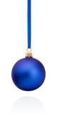 垂悬在丝带的蓝色圣诞节球隔绝在白色 免版税库存图片