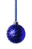 垂悬在丝带的蓝色圣诞节球 图库摄影