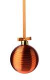 垂悬在丝带的金黄圣诞节球 库存图片