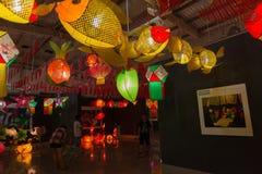 垂悬在中国中间秋天节日的陈列的不同的灯笼 免版税库存图片