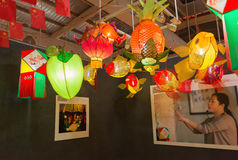 垂悬在中国中间秋天节日的陈列的不同的灯笼 免版税库存照片