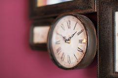 垂悬在伯根地墙壁上的老时钟 免版税库存图片
