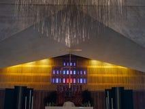 垂悬在假定的圣玛丽大教堂的中央发怒耶稣受难象  免版税库存照片