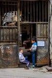 垂悬在入口,第比利斯的两个男孩 免版税库存照片