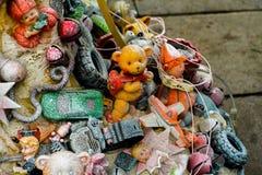 垂悬在分支的玩具 免版税库存图片