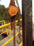 垂悬在卷轴链子的工业勾子 库存照片