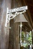 垂悬在受欢迎的标签金属棒的古老响铃有被弄脏的背景,选择聚焦,被过滤的图象,葡萄酒口气过程 免版税库存照片