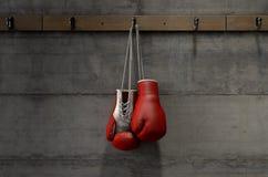 垂悬在变动屋子里的拳击手套 库存例证
