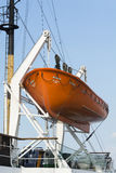 垂悬在吊艇架的救生艇 免版税库存照片
