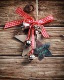 垂悬在土气墙壁上的圣诞节装饰 库存照片
