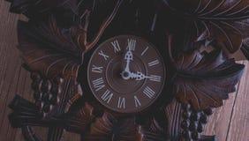 垂悬在土气木墙壁上的布谷鸟钟 免版税库存照片
