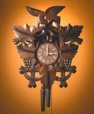 垂悬在土气木墙壁上的布谷鸟钟 库存图片