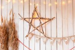 垂悬在土气木篱芭的一个星状灯笼 免版税库存图片