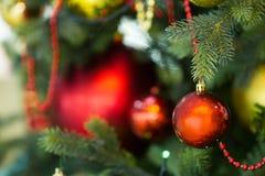 垂悬在圣诞树的圣诞节玩具 免版税图库摄影