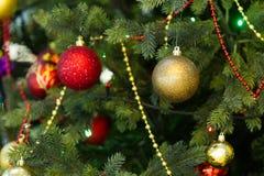 垂悬在圣诞树的圣诞节玩具 免版税库存照片