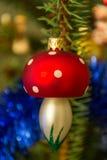 垂悬在圣诞树的美丽的蘑菇装饰品 免版税库存照片