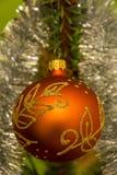 垂悬在圣诞树的美丽的装饰品 免版税库存照片