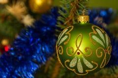 垂悬在圣诞树的美丽的装饰品 免版税库存图片