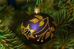 垂悬在圣诞树的美丽的装饰品 免版税图库摄影