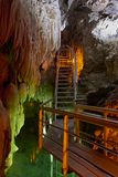 垂悬在地下半生长水中洞的一层楼梯的钟乳石 库存照片