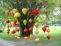 垂悬在城市的五颜六色的灯笼在头顿,越南停放 库存图片