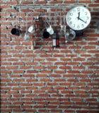 垂悬在墙壁上的公共事业 免版税库存照片