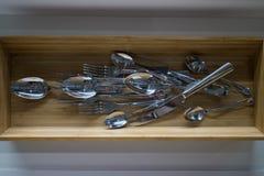 垂悬在墙壁上的厨房商品 库存图片