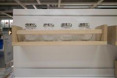 垂悬在墙壁上的厨房商品 免版税库存图片