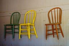 垂悬在墙壁上的古色古香的椅子 库存图片