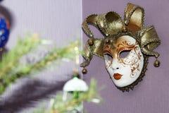 垂悬在墙壁上的威尼斯式面具 免版税库存图片